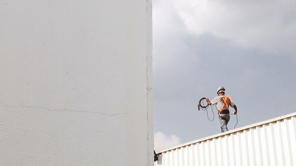 Kokosing Industrial (Bonfire vendor) construction employee working on a roof